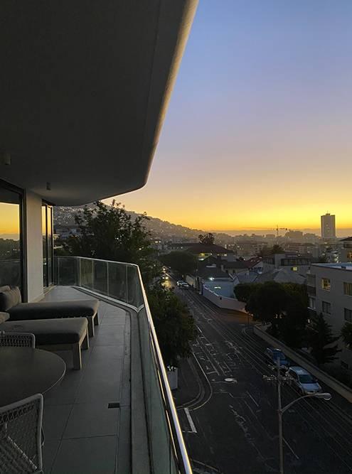 Из наших апартаментов в Кейптауне открывался отличный вид на город и закат