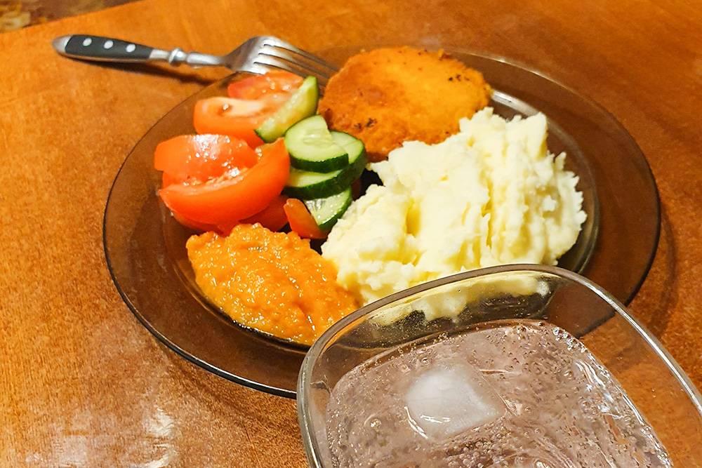 Ужин: кордон блю, картофельное пюре и кабачковая икра. И джин-тоник