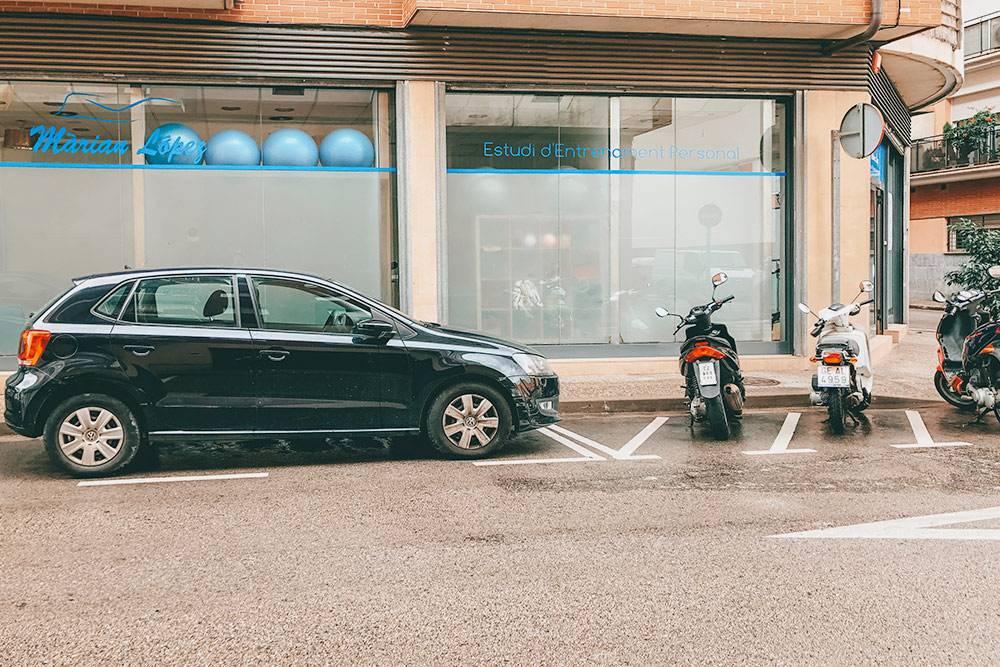 Парковка с белой разметкой дляавтомобилей и мотоциклов возле нашего дома: в отличие от центра города, здесь много бесплатных мест