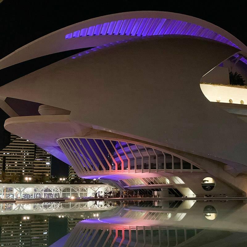 Так выглядит опера по вечерам