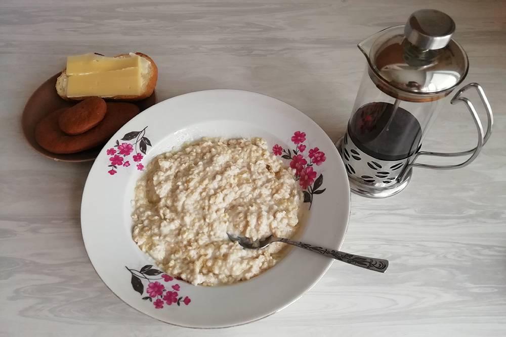 Скромный завтрак. Не самый аппетитный вид геркулеса компенсируется отменным вкусом. Коричневые «яйца» — это и есть козули