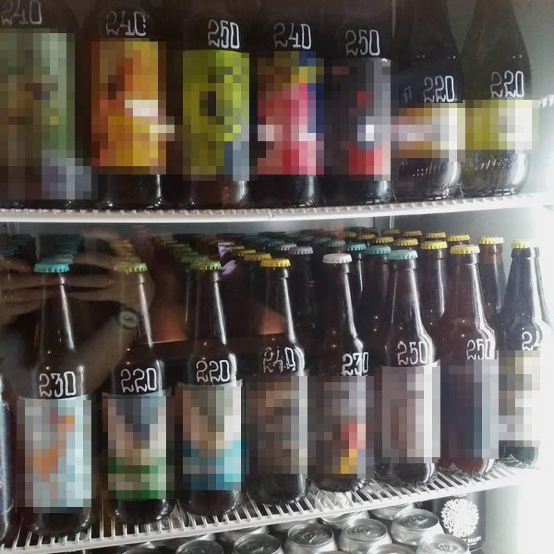 Пиво можно выпить на месте или взять с собой — заведение работает как магазин