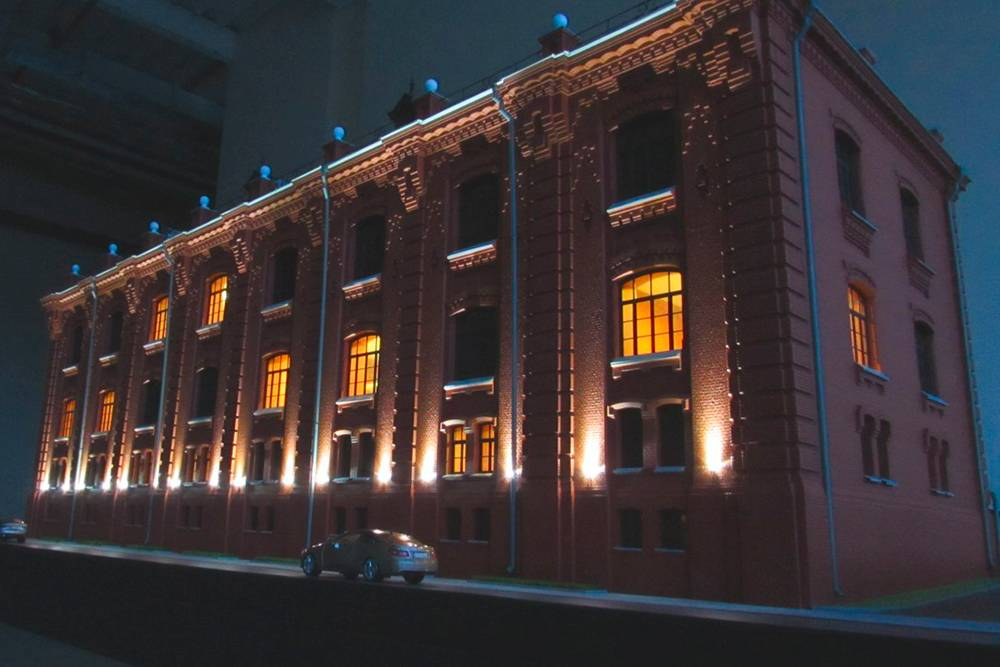 Это макет памятника архитектуры, который стоит в Москве на Берсеневской набережной. Масштаб 1:35. Габариты — 150 х 190 х 670 см