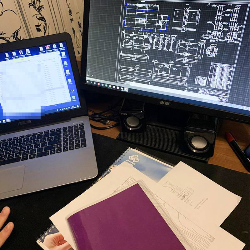 Работаю на ноуте и втором мониторе — так намного удобнее. На мониторе справа открыт AutoCAD с чертежами металлоконструкций. Такие работы я делаю на заказ. На это уходит три часа, лист стоит 1500—2500<span class=ruble>Р</span>