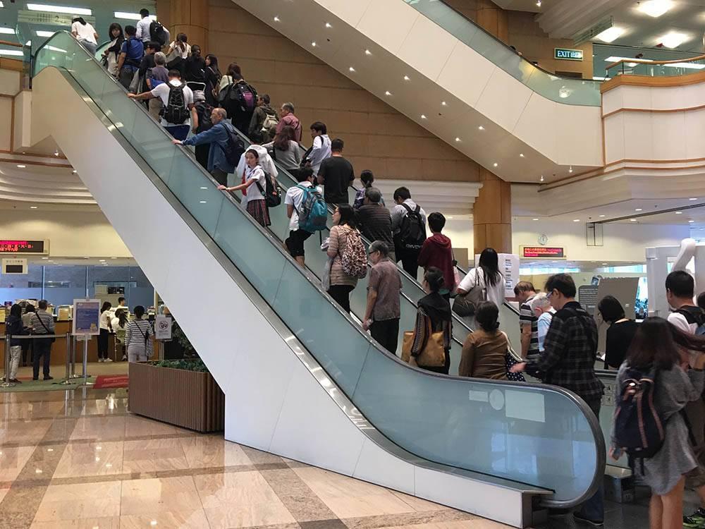 Центральная библиотека Гонконга в первые минуты после открытия. Каждый хочет занять место у окна. После этого снимка меня ругал охранник: в библиотеке запрещено фотографировать даже эскалаторы