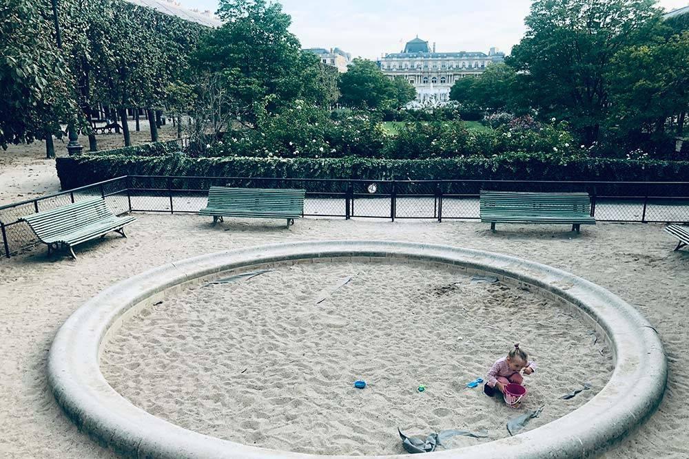 Редкая песочница в центре Парижа, зато с поистине «королевским» видом на бывший королевский дворец, сейчас это здание Лувра. На фото моя дочь Лея, она ест песок из ведерочка:)