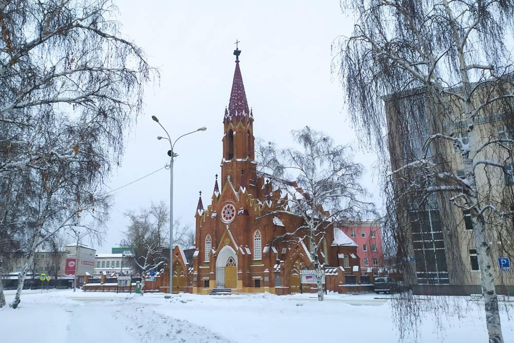 Современное здание Иркутскэнерго справа от костела совершенно не сочетается с величественным зданием костела