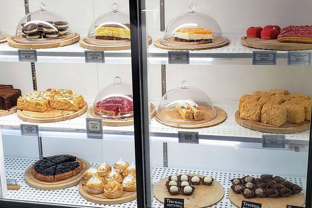 Пирожные и другие десерты на витринах. Ближе к вечеру они почти всегда полупустые