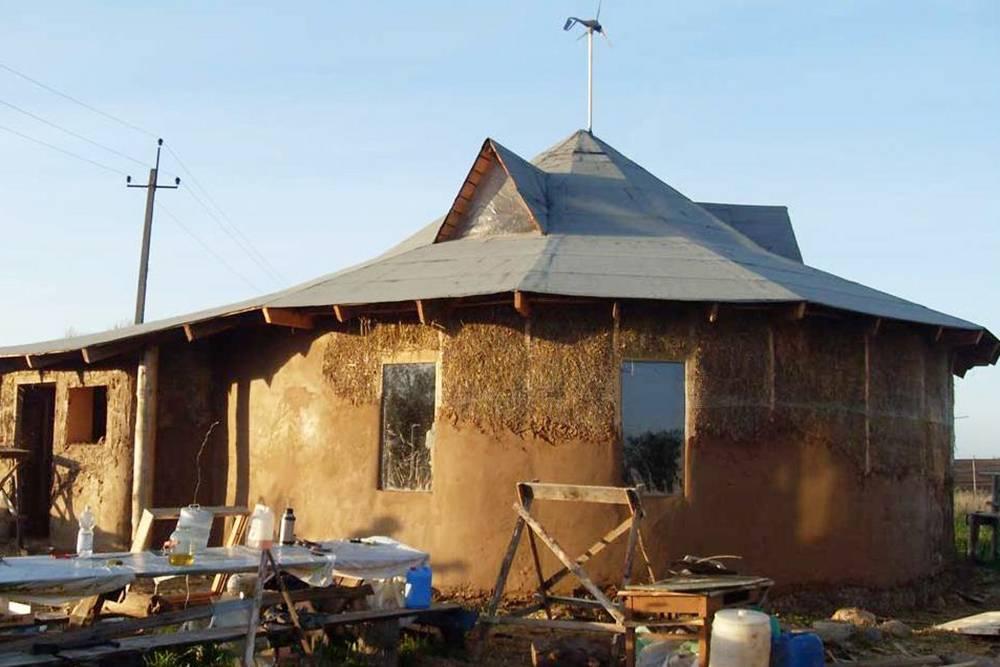 Новстречаются инестандартные формы икрыши. Например, так выглядит дом Евгения Широкова, который тоже строит дома изсоломы ирассказывает обэтом насвоем сайте