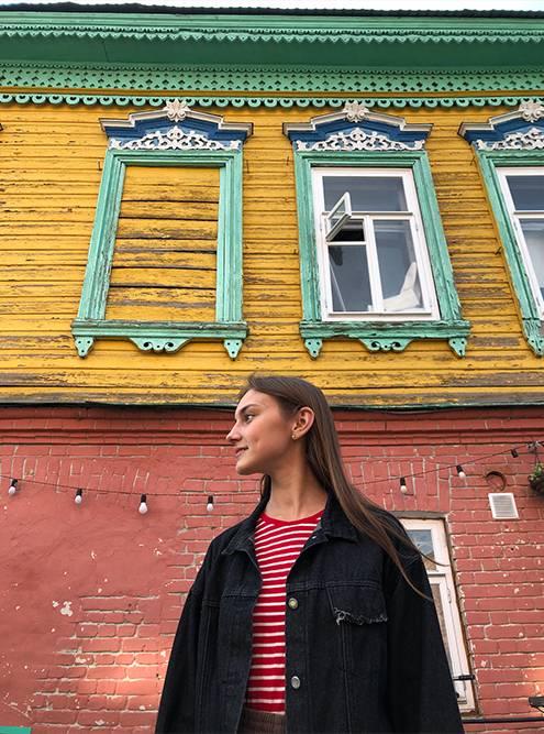 Год назад ко мне в гости приезжала подруга из Москвы. Мы не ушли из Старо-Татарской слободы, пока не сфотографировались с каждым разноцветным домиком на улице