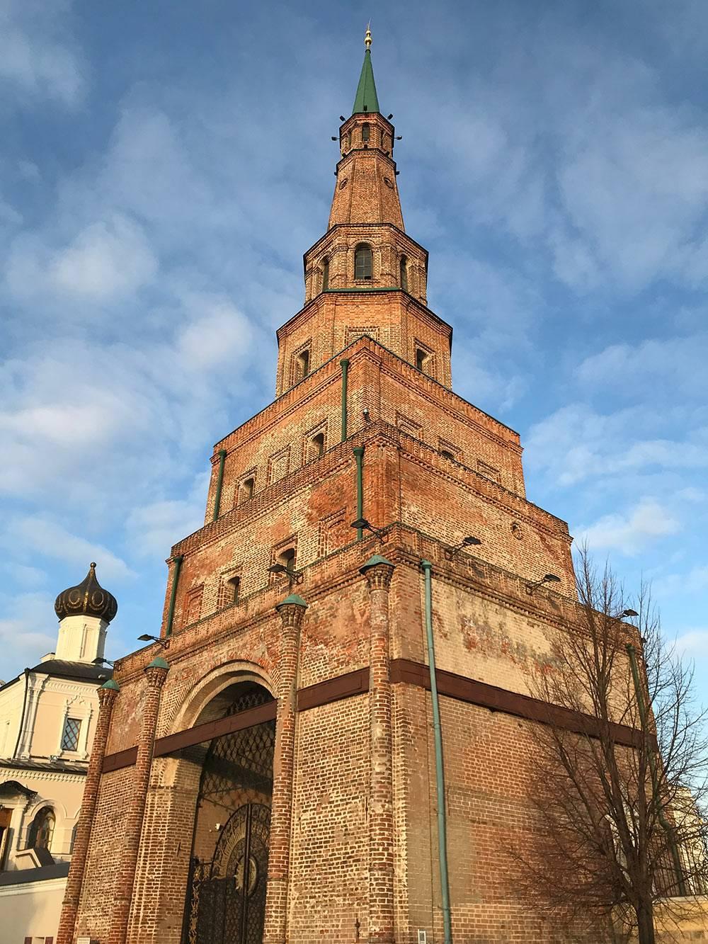 Башня Сююмбике в кремле состоит из семи ярусов и названа в честь единственной женщины — правительницы Казанского ханства Сююк. Башня считается падающей: отклонение шпиля по вертикали составляет 2 метра. Внутрь не пускают