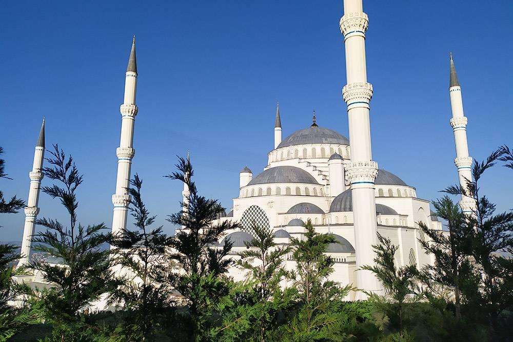 У Чамлыджи, как и у Голубой мечети, шесть минаретов. У остальных мечетей в Стамбуле — от одного до четырех