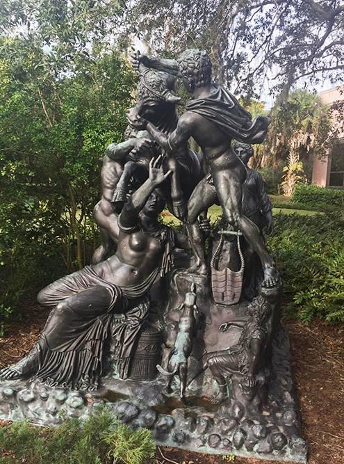 Статуя в парке музея