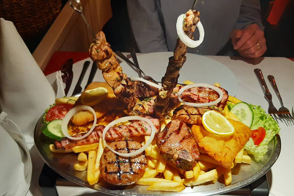 Тарелка мясного гриля-микс вбалканском ресторане стоит 20€