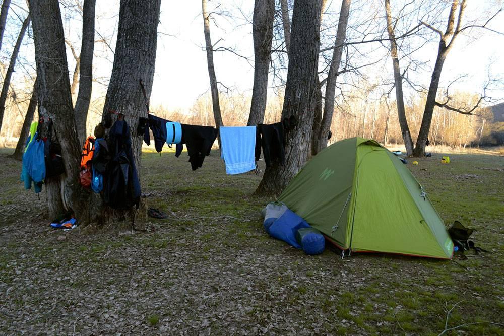 Эта недорогая палатка служит мне больше семи лет. В ней комфортно ночевать вдвоем или втроем, если не складывать вещи внутрь. Я покупала ее за 1800<span class=ruble>Р</span>. Натянутая часть палатки — тамбур, в который спрятан рюкзак