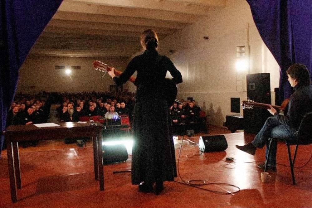 Так обычно проходят концерты дляосужденных. Источник: vk.com