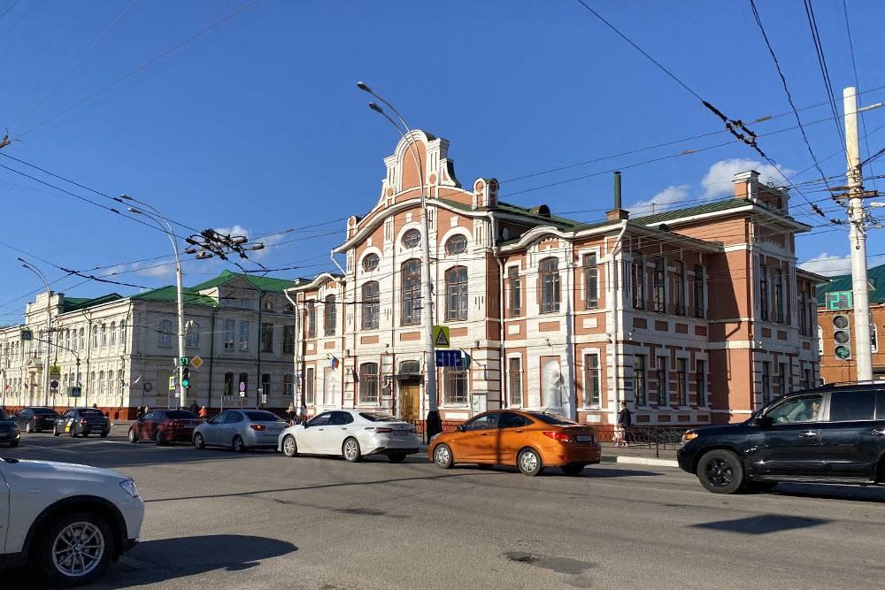 Главный корпус музыкально-педагогического института находится в красивом старинном здании на Советской улице. Внутри есть Рахманиновский музыкальный зал, в котором проходят концерты. Я никогда там не была, но говорят, что там отличная акустика