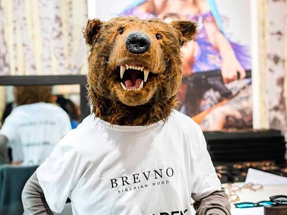 В этом костюме на выставке в Милане клиентов на стенд зазывал друг ребят — профессор биологии из Франкфурта