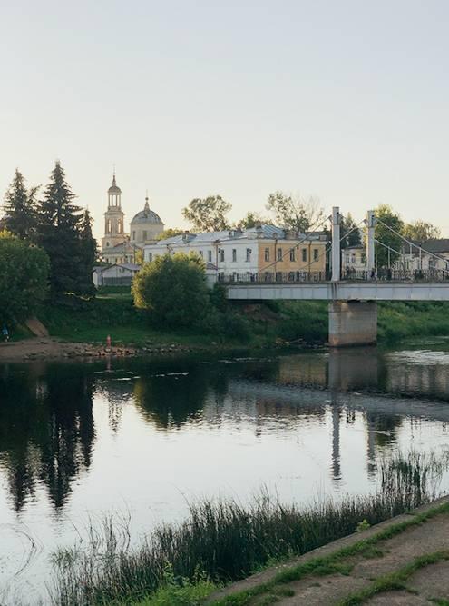 Подвесной пешеходный мост через Тверцу, на заднем плане — Климентовская церковь