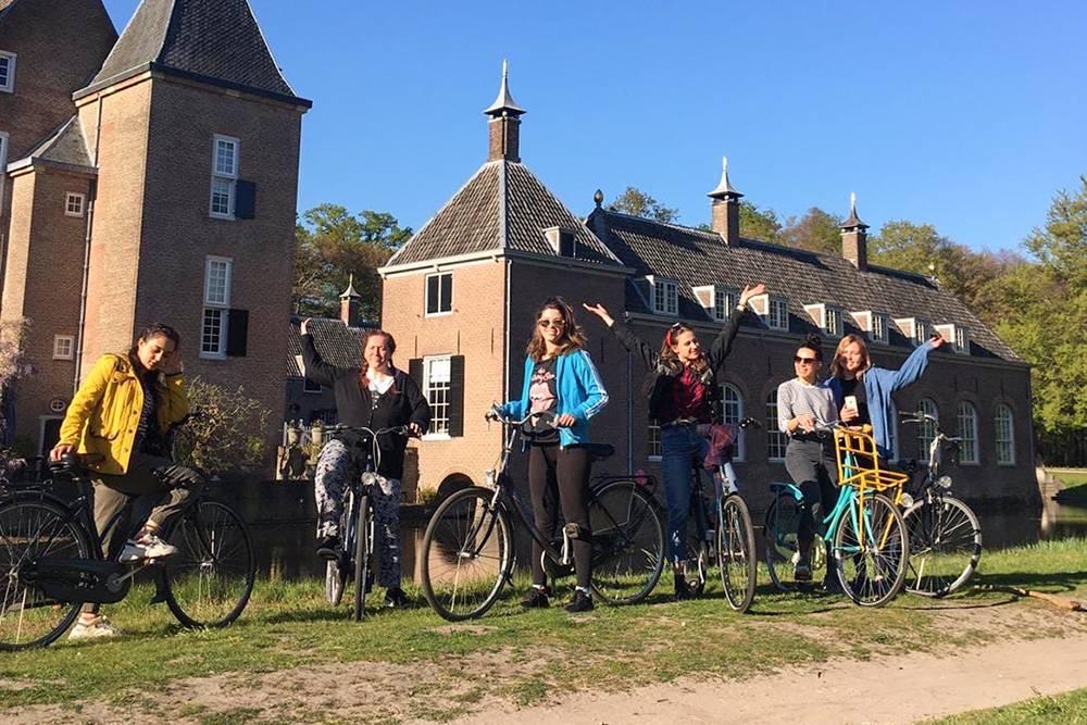 Прогулка волонтеров на велосипедах к замку Ренсвауде