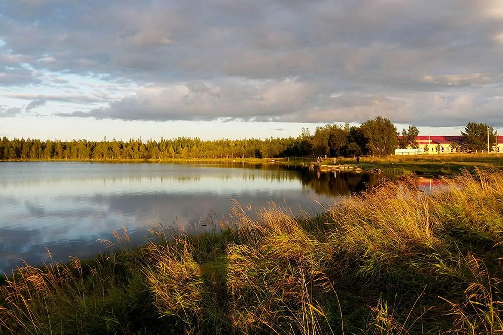 Особенно красивый вид на Святое озеро — на закате и рассвете