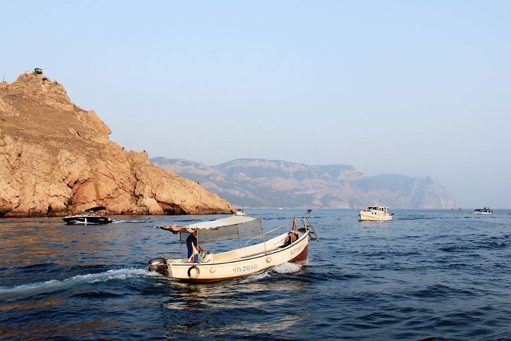 С правой стороны от выхода из Балаклавской бухты — мыс Фиолент, с левой — мыс Айя