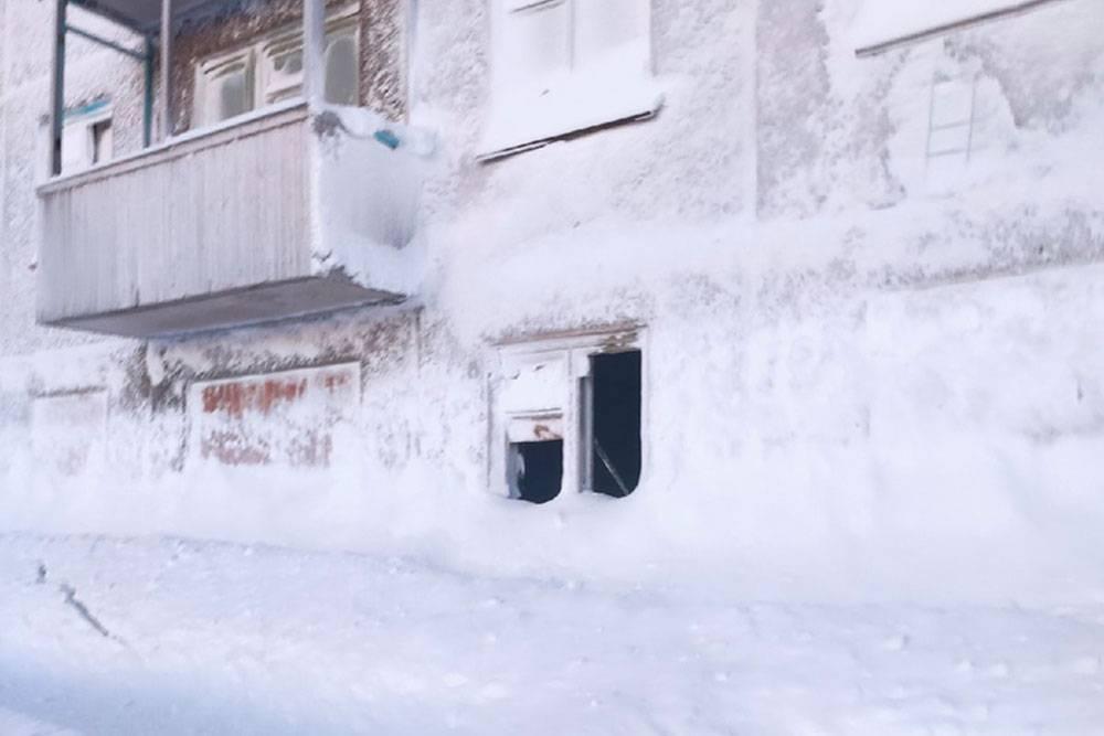 Снега выпадает очень много. В заброшенных поселках полностью заметает первые этажи домов