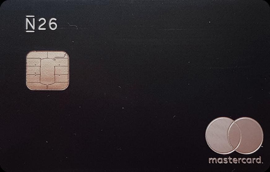 Моя премиальная карта N26 Metal, сделанная из металла. Ее обслуживание стоит 16€ в месяц. По ней я бесплатно снимаю наличные за границей, получаю бесплатную туристическую медстраховку дляпоездок по миру и выделенную линию службы поддержки клиентов