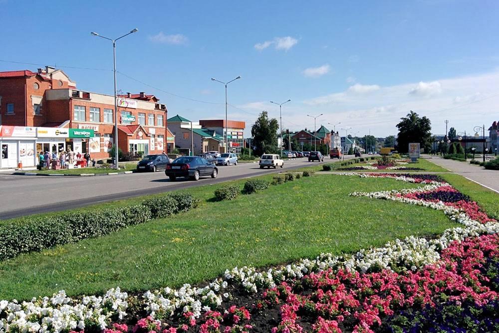 Центральная улица Красной Яруги. На ней находится всеважное в поселке: больница, автостанция, заправка, супермаркеты, аптеки, рестораны, администрация, рынок, загс, почта, пенсионный фонд, суд, сквер, фонтан, банк и штук пять МФО
