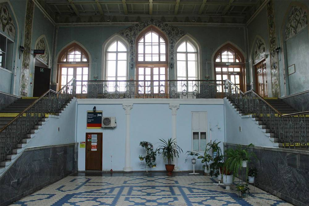 Внутри старого здания железнодорожного вокзала Астрахани