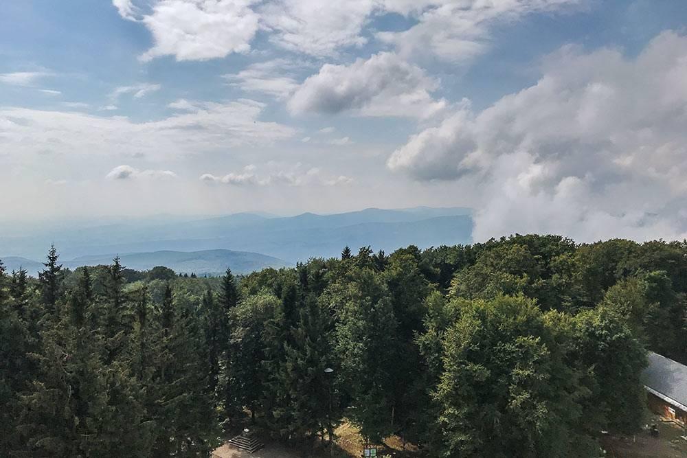 Главное — чтобы повезло спогодой. Внаш приезд гора была немного затянута облаками, носпустя некоторое время нам все-таки удалось рассмотреть горные хребты