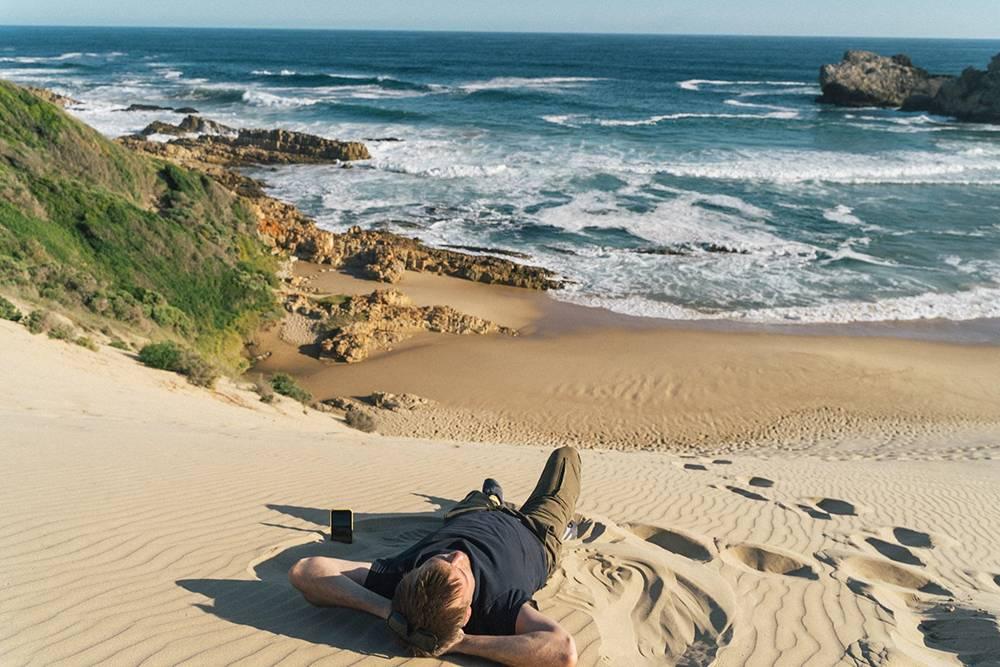 Мы лежали на песчаной дюне, которая резко спускается к океану