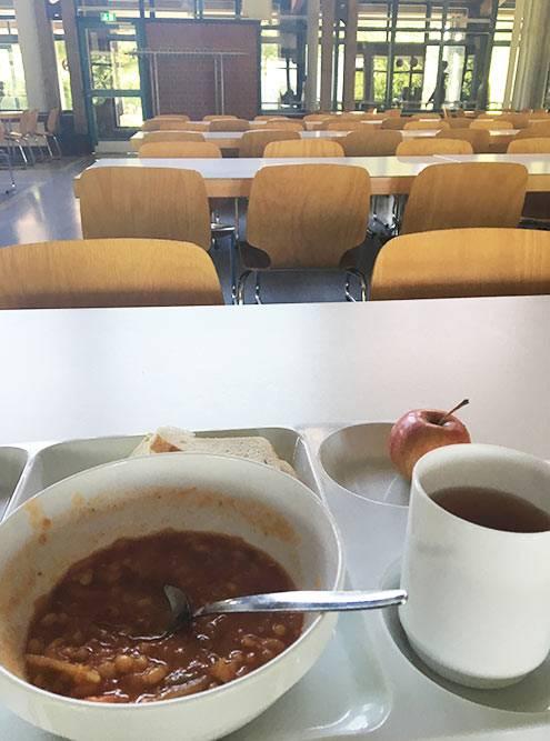 Не самый вдохновляющий обед, зато столовая просторная и светлая