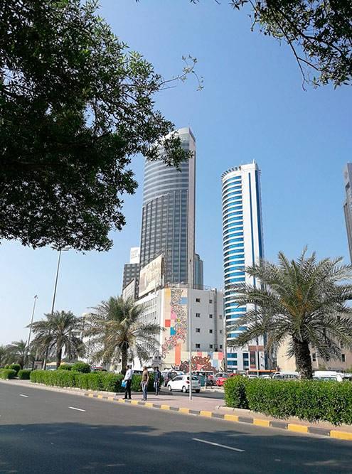 Эль-Кувейт выделяется на фоне пустыни высокими небоскребами