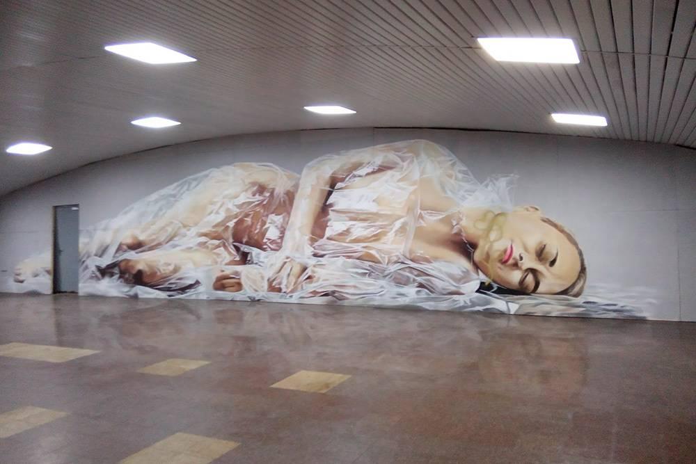 На стене станции изображена обнаженная женщина, завернутая в полиэтилен