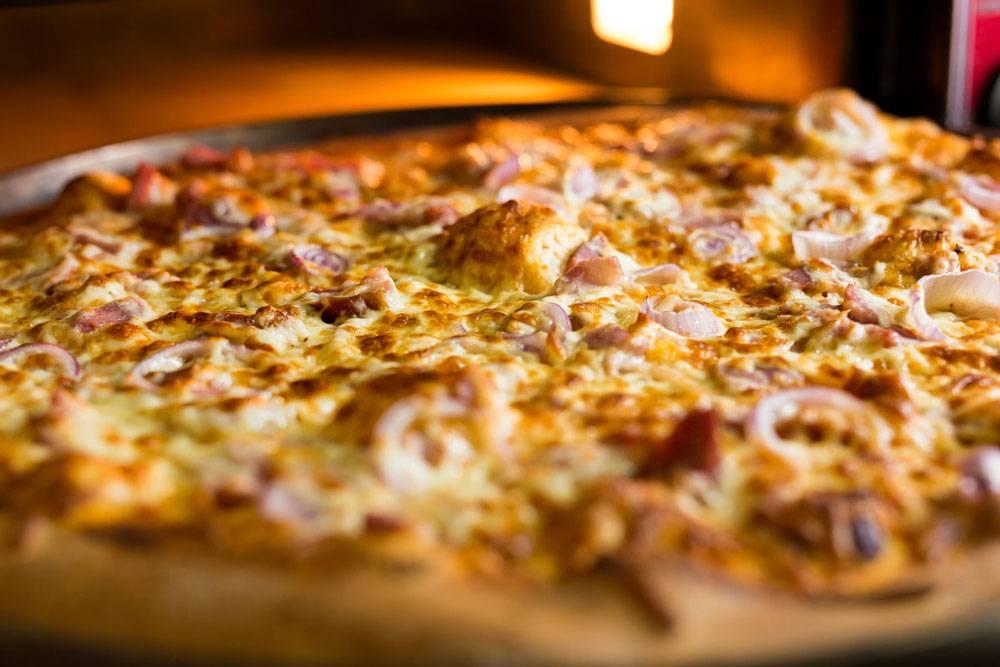 Наша самая популярная пицца «Мясной микс» с мясом, луком и грибами