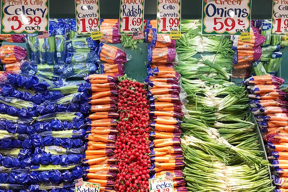 Морковь стоит 1,99$ (127<span class=ruble>Р</span>) за килограмм, редис — 1,69$ (108<span class=ruble>Р</span>) за связку весом примерно 400 грамм, пучок лука — 0,59$ (38<span class=ruble>Р</span>)