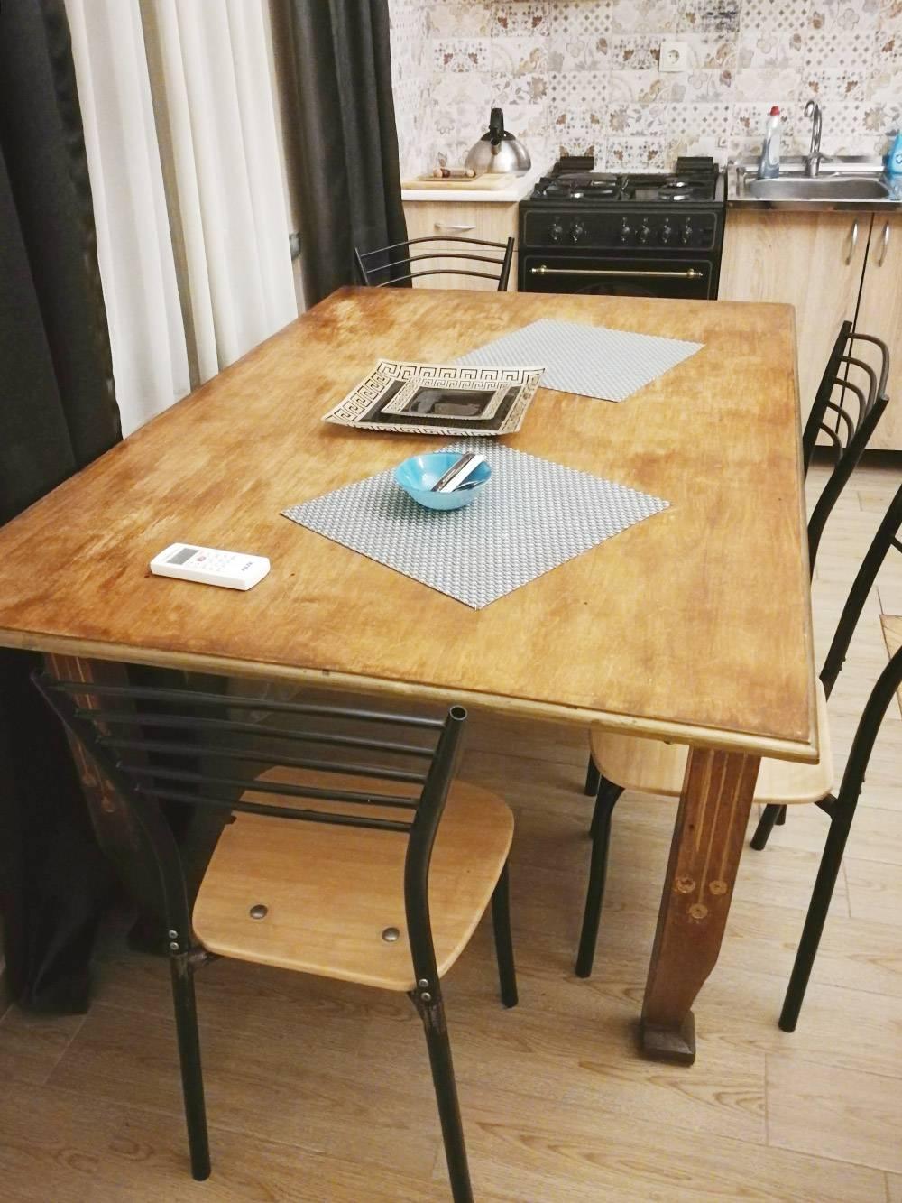 Все стулья в доме были поломаны. По словам хозяйки, квартиру снимал финский программист, который был настолько огромным, что она называла его викингом. Он сломал стулья, а потом уехал работать в США