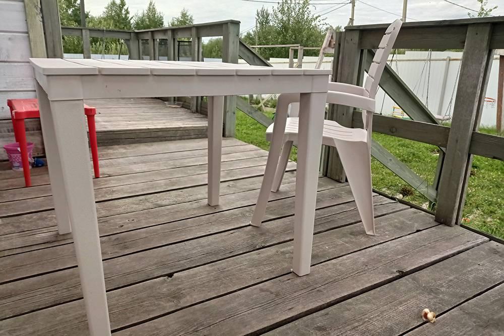 Магазинные стол и стул оказались удобны еще тем, что их можно легко переставить в любое место: можно сесть прямо у батута илирядом с бассейном, и дети не будут волноваться, что мама далеко
