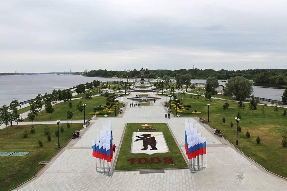 Стрелка в Ярославле: слева — Волга, справа — река Которосль. Вдали виден памятник в честь тысячелетия города. Местный герб выложен из цветов и камней