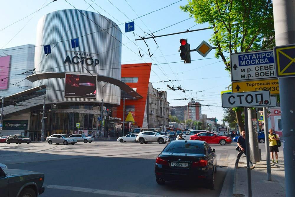 На крыше ТЦ «Астор» проходят концерты известных исполнителей. Летом приезжали «Би-2» и The Hatters