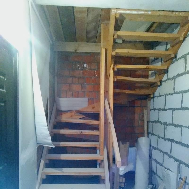 Временная лестница хоть и выглядела так себе, но оказалась очень удобной. Некоторые соседи накрывали ее ковровым покрытием и пользовались не один год