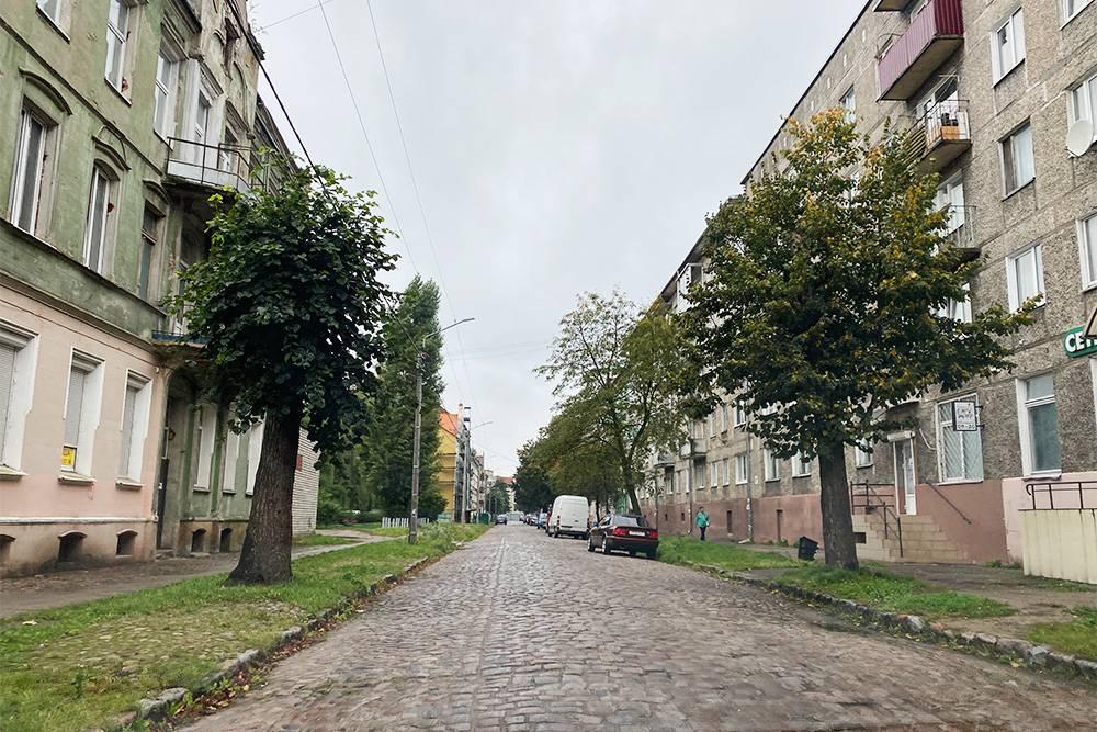 В Советске сохранилась немецкая брусчатка. Слева — немецкая застройка, справа — советская