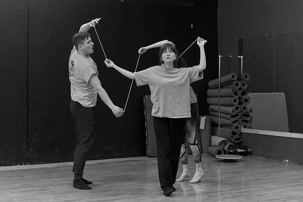 В физическом театре объекты и действия могут визуализировать отношения между людьми – как эти веревочки. Фото: Дмитрий Тузов