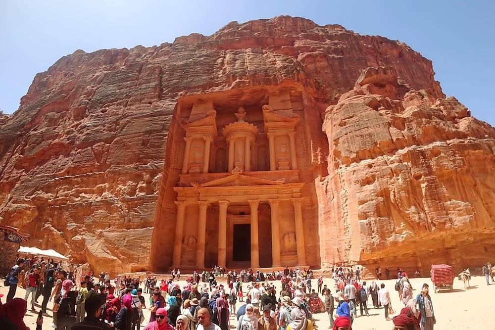 Эль-Хазне — набатейский храм, вырубленный прямо в скале. Название переводится с арабского как «сокровищница». Размер фасада здания — 40 метров в высоту и 25 метров в ширину