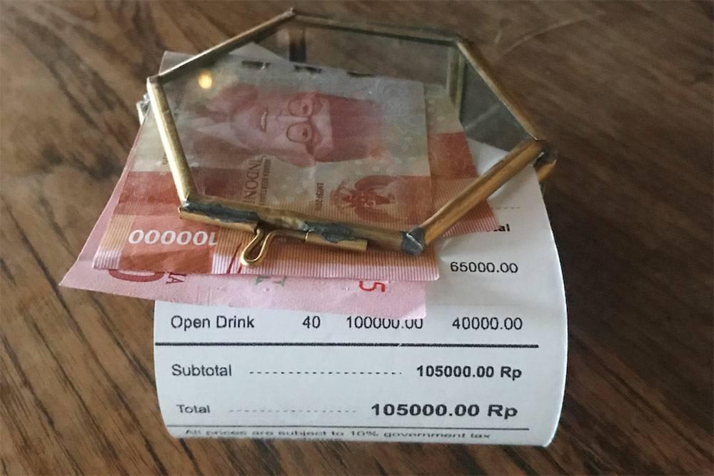 Мой счёт в кафе: 100 000 Rp — это самая крупная купюра в Индонезии. В рублях это всего 545<span class=ruble>Р</span>
