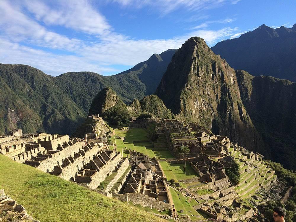 Мачу-Пикчу находится на высоте 2430 метров над уровнем моря. Отвесная гора за руинами города — гора Уайна-Пикчу, на которую любят подниматься туристы