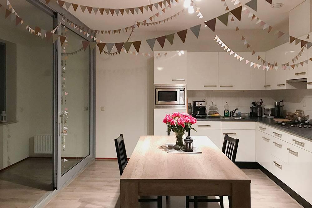 Кухня-столовая со стеклянными дверями на лоджию