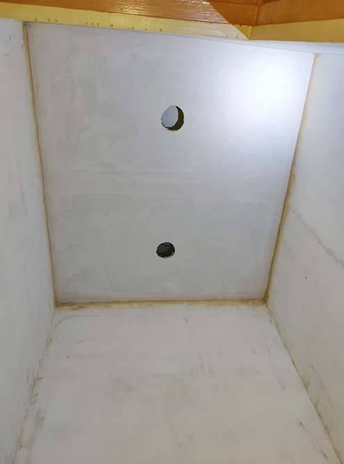 А здесь осталось только загрунтовать потолок и поклеить обои