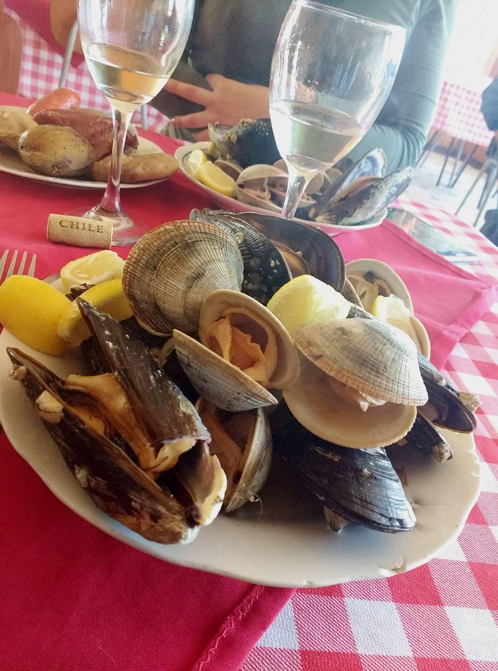 Так выглядит оригинальное куранто с острова Чилоэ. Помимо этой тарелки с морепродуктами, приносят такуюже мясную. На острове Пасхи куранто готовят только во время шоу и подают с бокалом вина — это стоит 45 тысяч песо